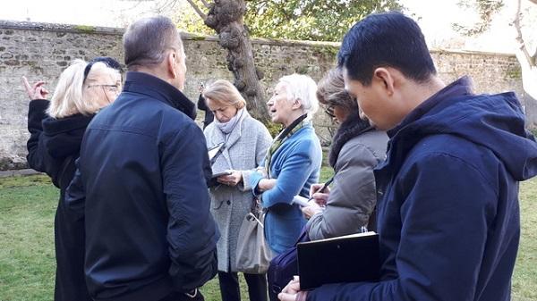 Françoise Brissard ave quelques journalistes de l'AJP dans le jardin de l'Hôtel de Noailles. Photo B. de Cosnac