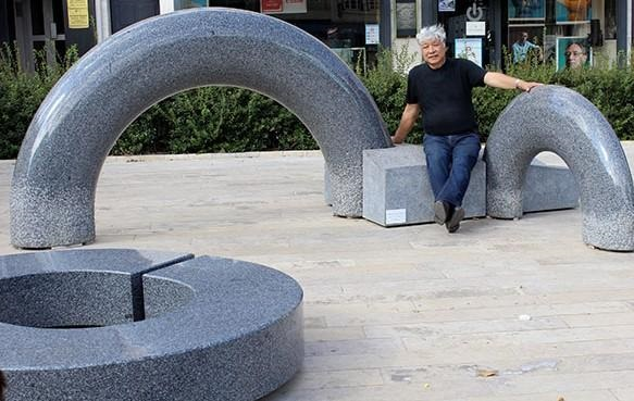 Tetsuo Harada avec l'une de ses oeuvres