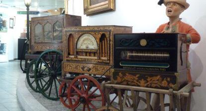 Orgues de rue présentés dans une des salle du musée de la Musique mécanique des Gets.
